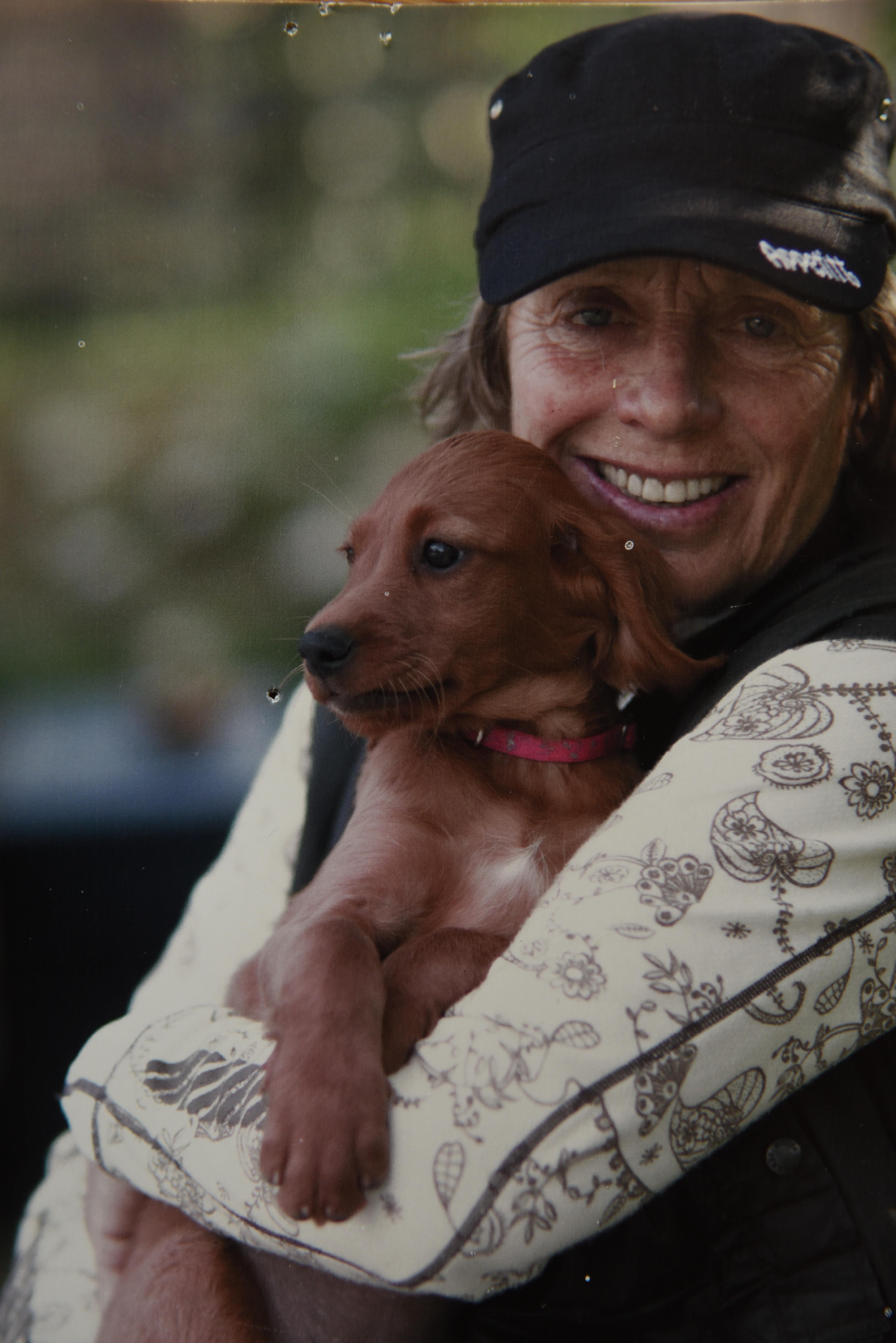 4c25d2a5 Hver gang Elin Wittusen får en ny valp, kjøper hun en hundekurv til den, og  legger i et teppe og tyggebein. En krok skrus inn i veggen og et bånd med  ...